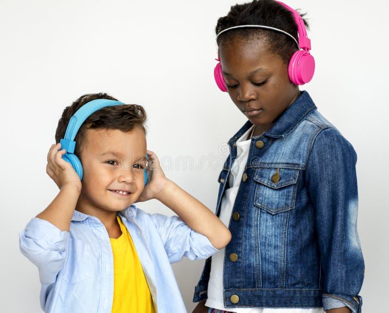 Βλαστός στούντιο παιδιών που χρησιμοποιεί τη μουσική ακούσματος ακουστικών στοκ εικόνες