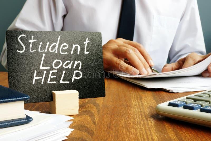 Βοήθεια για το φοιτητικό δάνειο και άντρας με χαρτιά στοκ εικόνα με δικαίωμα ελεύθερης χρήσης