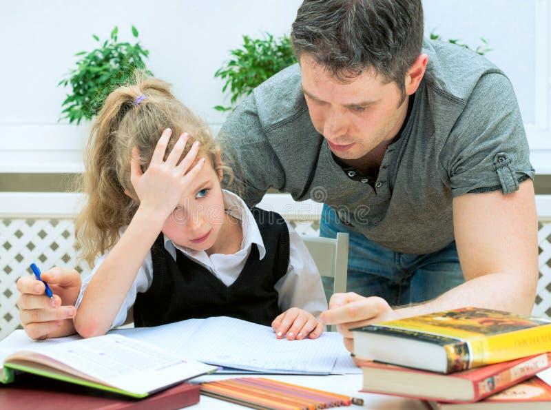 βοήθεια πατέρων κορών στοκ εικόνα