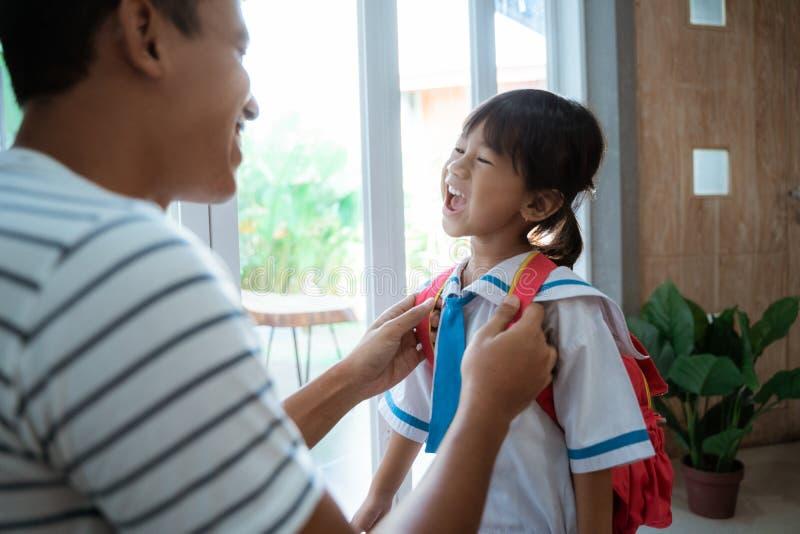 Βοήθεια πατέρων το παιδί μικρών παιδιών της που προετοιμάζεται για το σχολείο το πρωί στοκ φωτογραφία με δικαίωμα ελεύθερης χρήσης