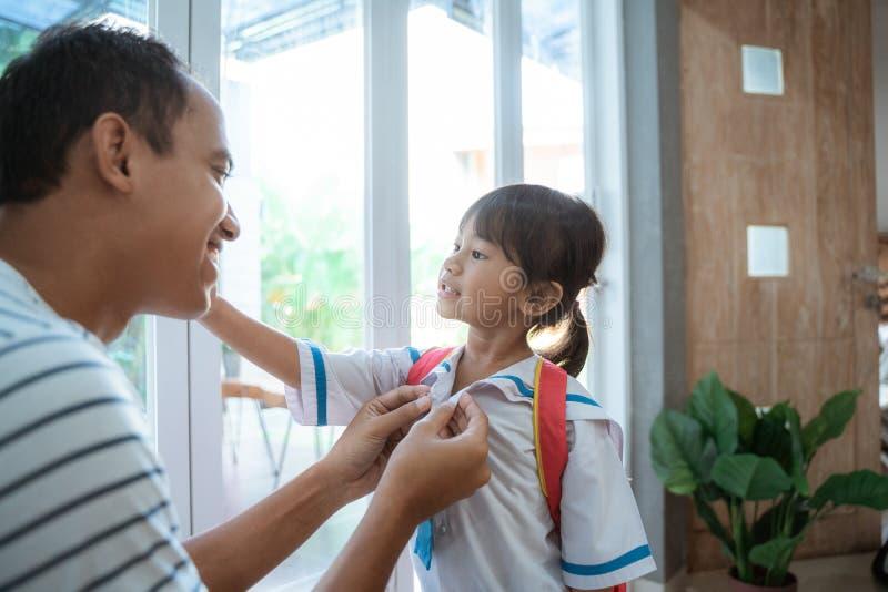 Βοήθεια πατέρων το παιδί μικρών παιδιών της που προετοιμάζεται για το σχολείο το πρωί στοκ εικόνες με δικαίωμα ελεύθερης χρήσης