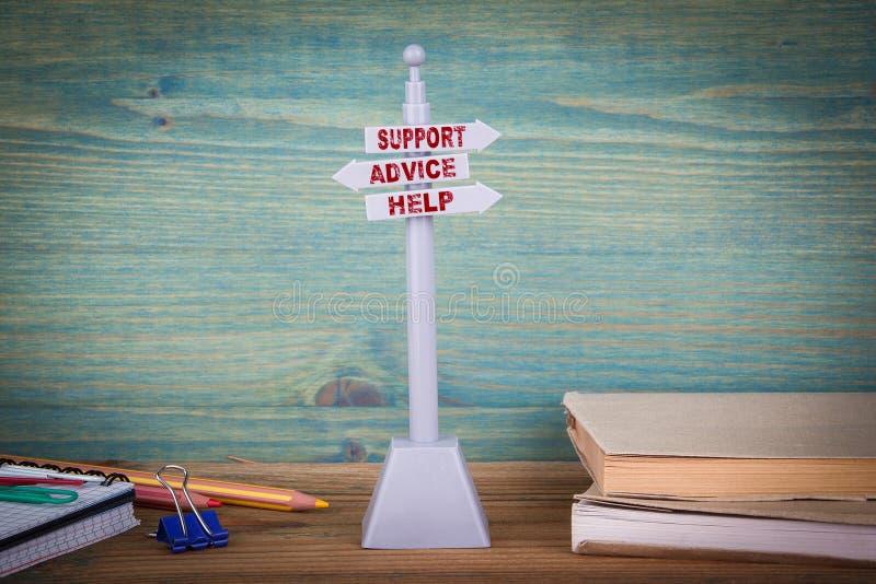 Βοήθεια συμβουλών υποστήριξης, υποστήριξη πελατών Καθοδηγήστε στον ξύλινο πίνακα στοκ εικόνες