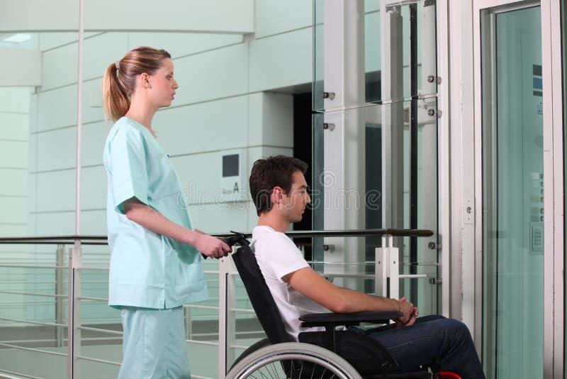 Βοήθεια του ατόμου στην αναπηρική καρέκλα στοκ φωτογραφία με δικαίωμα ελεύθερης χρήσης