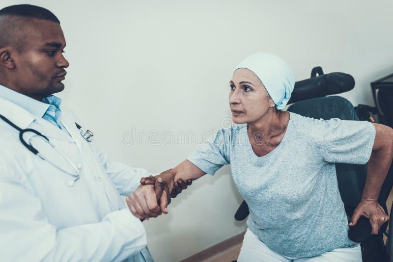 Βοήθειες γιατρών Η γυναίκα υποβάλλεται στην αποκατάσταση στοκ φωτογραφία