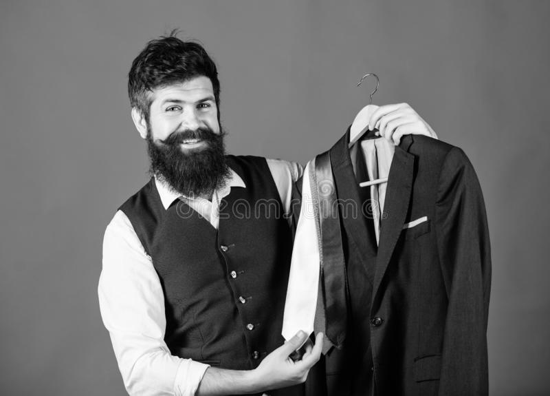 Βοηθητική ή προσωπική υπηρεσία στιλίστων καταστημάτων Ταιριάζοντας με εξάρτηση γραβατών Γενειοφόρες γραβάτες λαβής hipster ατόμων στοκ εικόνες