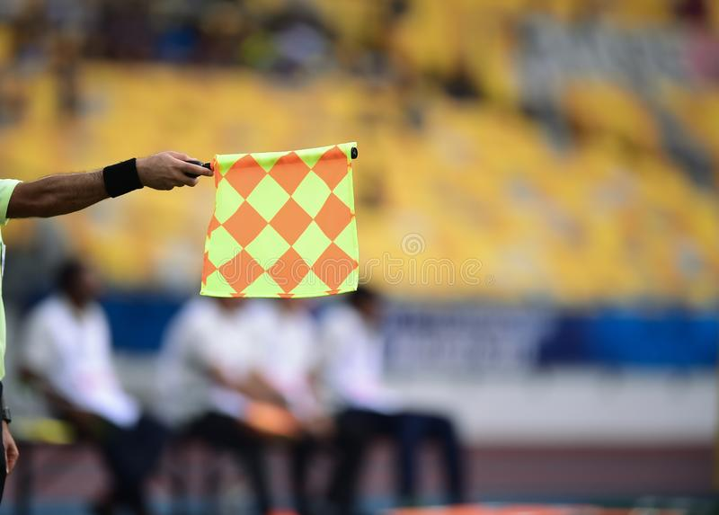 Βοηθητική σημαία λαβής διαιτητών, σήμα offside στοκ φωτογραφίες με δικαίωμα ελεύθερης χρήσης