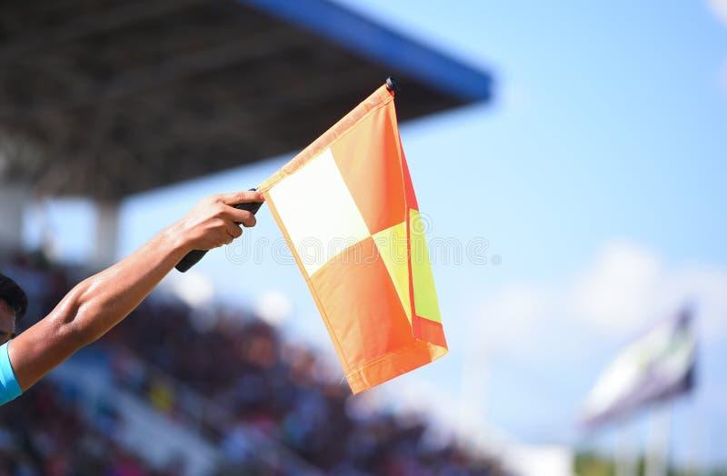 Βοηθητική σημαία λαβής διαιτητών, σήμα offside στοκ φωτογραφία με δικαίωμα ελεύθερης χρήσης