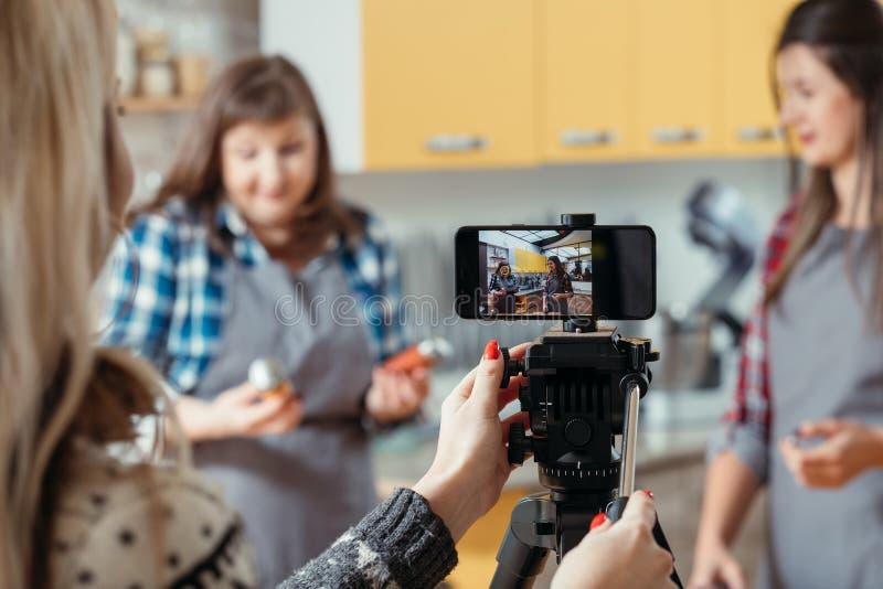 Βοηθητικό βίντεο smartphone γεύματος γυναικών μαγειρέματος vlog στοκ φωτογραφίες