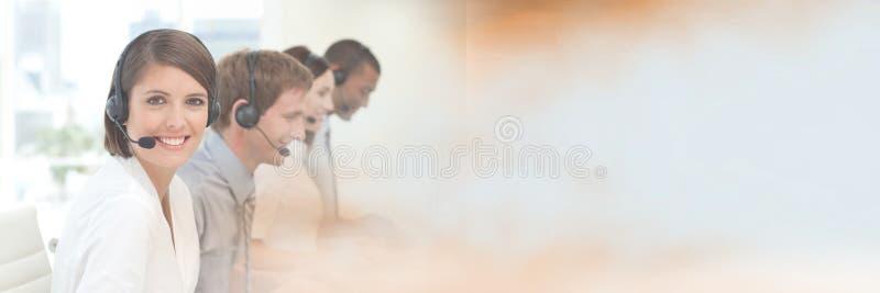 Βοηθοί εξυπηρέτησης πελατών με τις κάσκες με το φωτεινό υπόβαθρο στοκ φωτογραφία με δικαίωμα ελεύθερης χρήσης