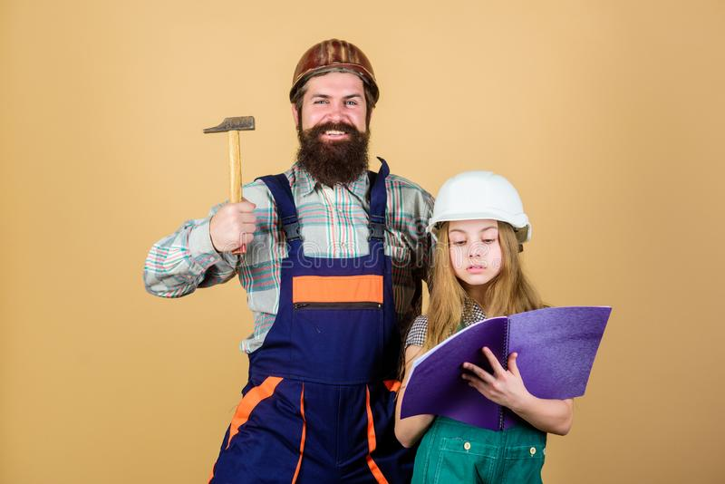 Γενειοφόρο άτομο με το μικρό κορίτσι Πατρότητα εκπαίδευση εφαρμοσμένης μηχανικής βοηθός κατασκευής r Βιομηχανία Εργαλεία για στοκ φωτογραφίες
