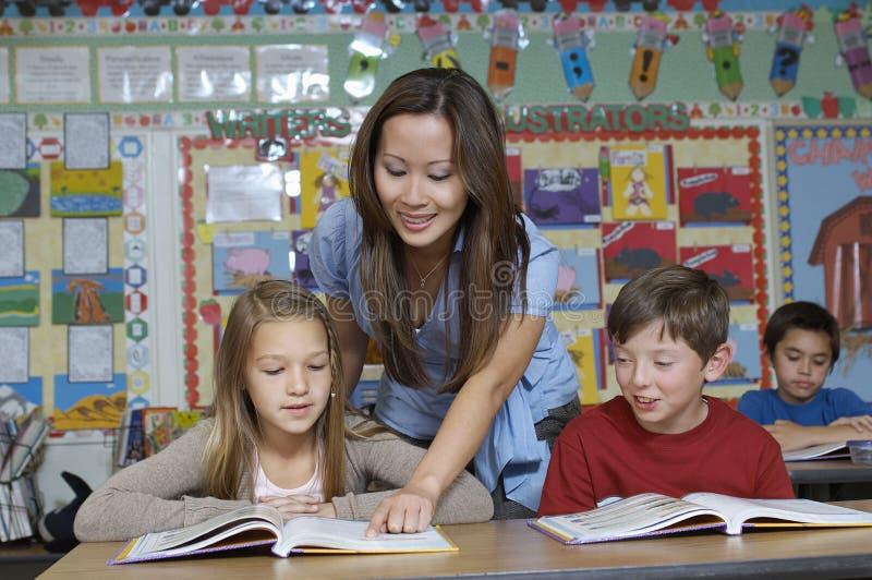 Βοηθώντας σπουδαστές δασκάλων στοκ εικόνες