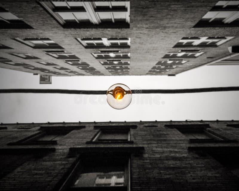 Βολβός του Edison που δένεται με σπάγγο μεταξύ δύο στο κέντρο της πόλης κτηρίων στην Ατλάντα στοκ εικόνα με δικαίωμα ελεύθερης χρήσης