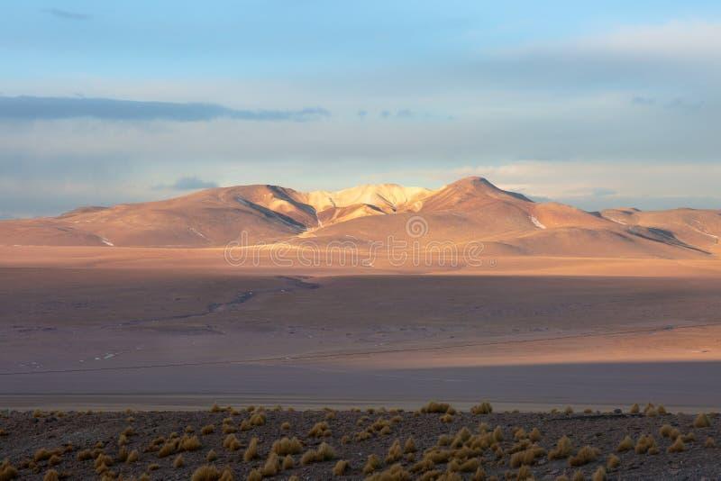 Βολιβιανό τοπίο στα βουνά των Άνδεων στοκ φωτογραφίες