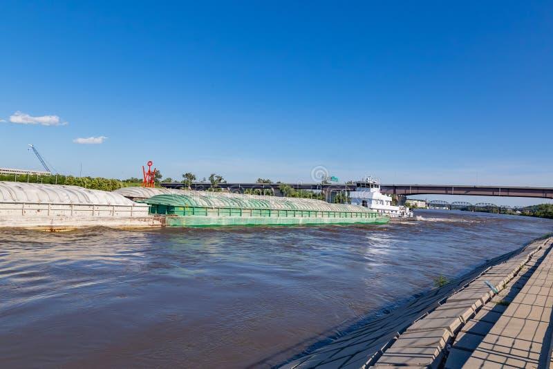 Βορράδες μιας φορτηγίδων κίνησης στον ποταμό Μισσούρι στην Ομάχα στοκ εικόνα με δικαίωμα ελεύθερης χρήσης