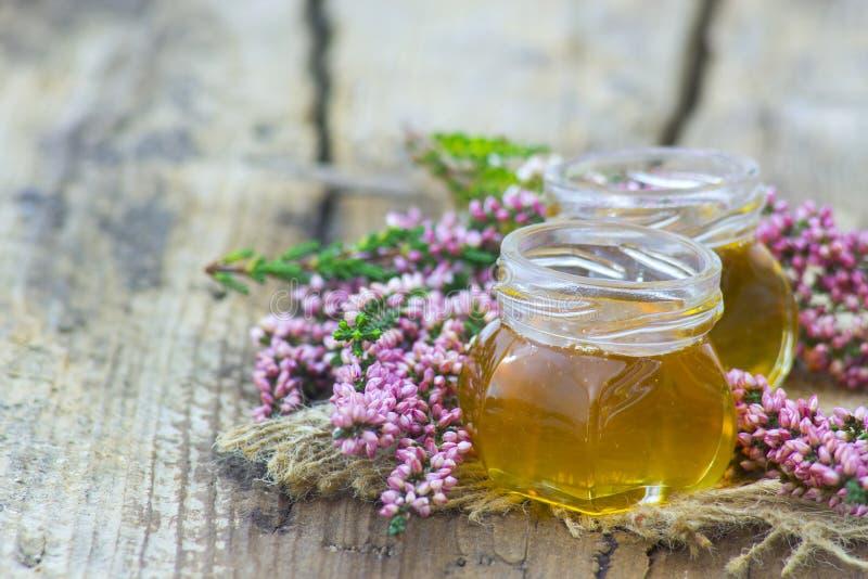 Βοτανικό μέλι με τα λουλούδια ερείκης στοκ εικόνα με δικαίωμα ελεύθερης χρήσης
