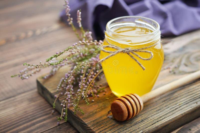 Βοτανικό μέλι στο βάζο στοκ εικόνα