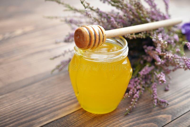 Βοτανικό μέλι στο βάζο στοκ εικόνες