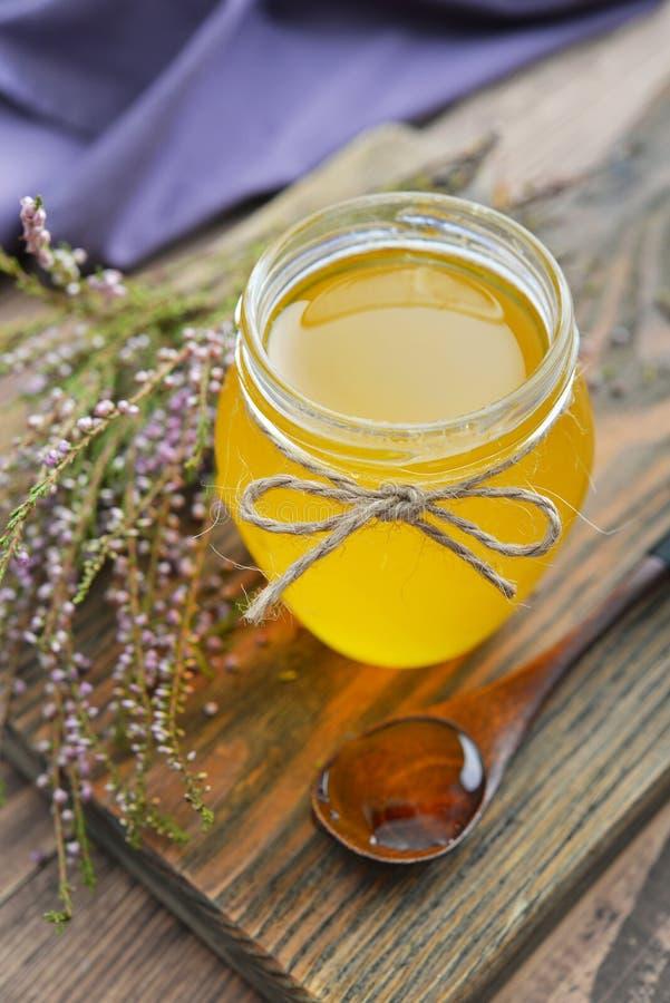 Βοτανικό μέλι στο βάζο στοκ φωτογραφία