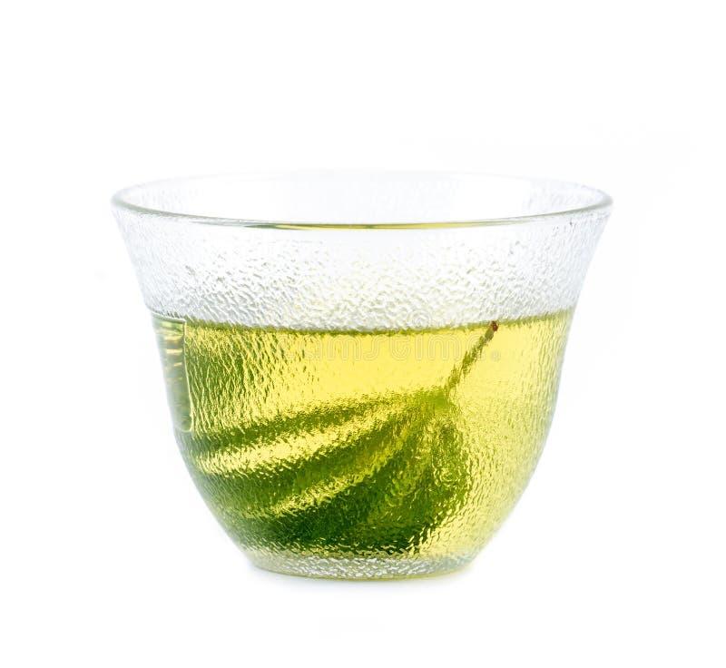 Βοτανικό τσάι μαριχουάνα στη φλυτζάνα τσαγιού γυαλιού στοκ εικόνες