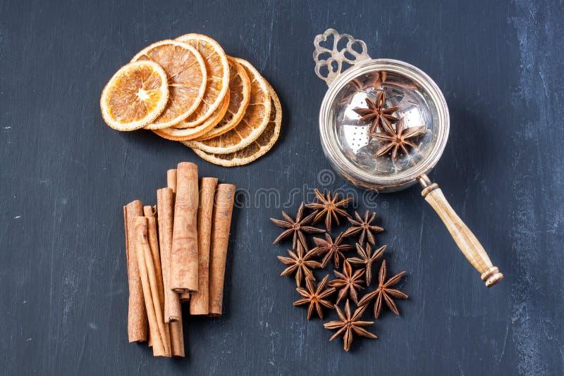 Βοτανικό τσάι με την κανέλα, το γλυκάνισο αστεριών και το ξηρό πορτοκάλι στοκ εικόνα