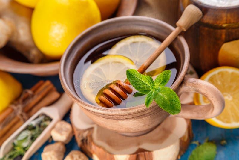 Βοτανικό τσάι με τη μέντα και το μέλι στοκ φωτογραφίες
