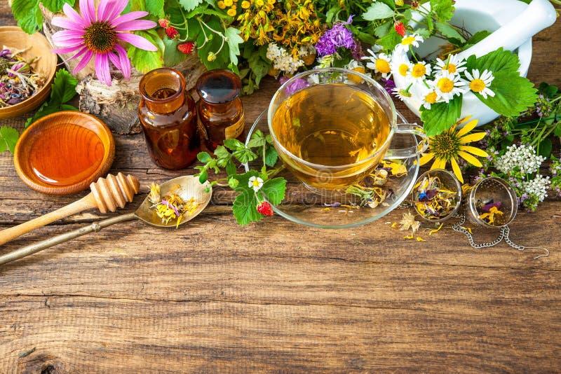 Βοτανικό τσάι με το μέλι στοκ φωτογραφίες