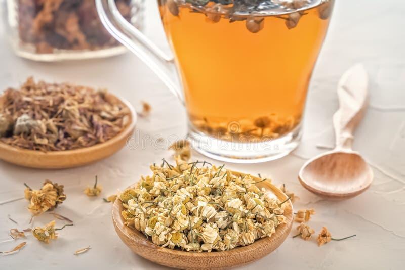 Βοτανικό τσάι με το φαρμακευτικούς chamomile, ξηρούς χρυσάνθεμο και τους κυνηγούς στοκ εικόνες με δικαίωμα ελεύθερης χρήσης