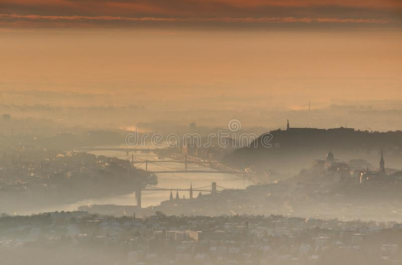 Βουδαπέστη κεντρικός στην ανατολή στην καμμένος υδρονέφωση χειμερινού πρωινού στοκ φωτογραφία με δικαίωμα ελεύθερης χρήσης
