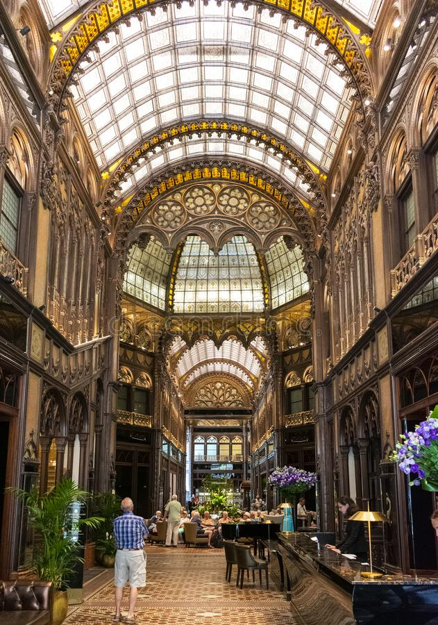 Βουδαπέστη, Ουγγαρία/Ευρώπη· 03/07/2019: Εσωτερικό του περίφημου περάσματος του Παρισιού Courtyard Parizsi Udvar στοκ εικόνες