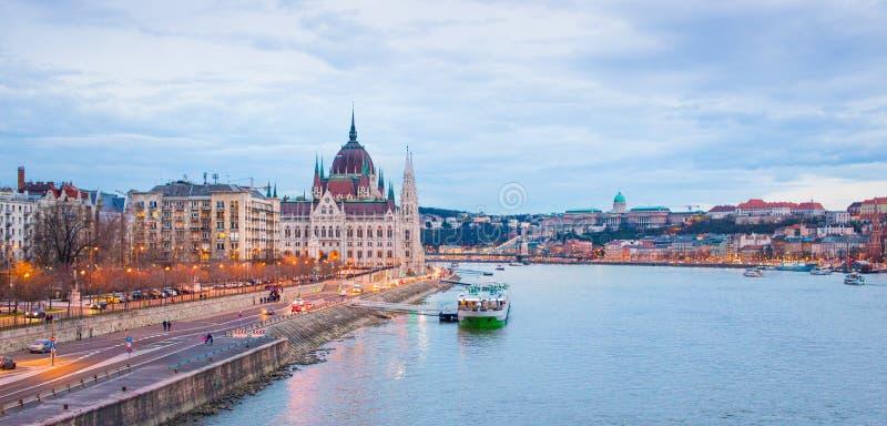 Βουδαπέστη στο πανόραμα βραδιού με Δούναβη, Ουγγαρία στοκ φωτογραφία με δικαίωμα ελεύθερης χρήσης