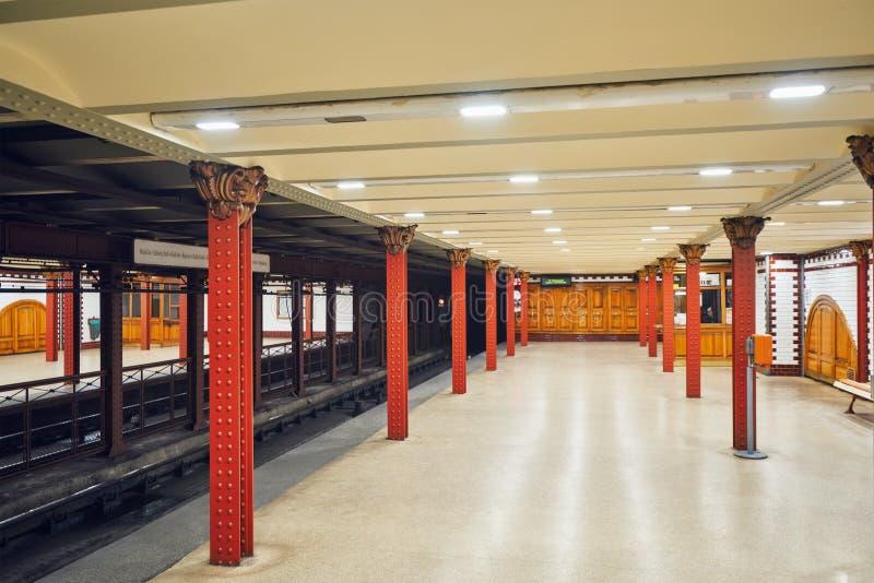ΒΟΥΔΑΠΕΣΤΗ, 02.2016 ΟΥΓΓΑΡΊΑ-ΜΑΪΟΥ: Εσωτερικό του σταθμού μετρό σε Budape στοκ εικόνα