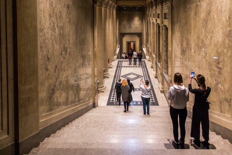 ΒΟΥΔΑΠΕΣΤΗ, ΟΥΓΓΑΡΙΑ - 3 ΑΠΡΙΛΊΟΥ 2019: Περίπατος πολλών τουριστών εσωτερικός του μουσείου Καλών Τεχνών στη Βουδαπέστη, Ουγγαρία στοκ φωτογραφία με δικαίωμα ελεύθερης χρήσης