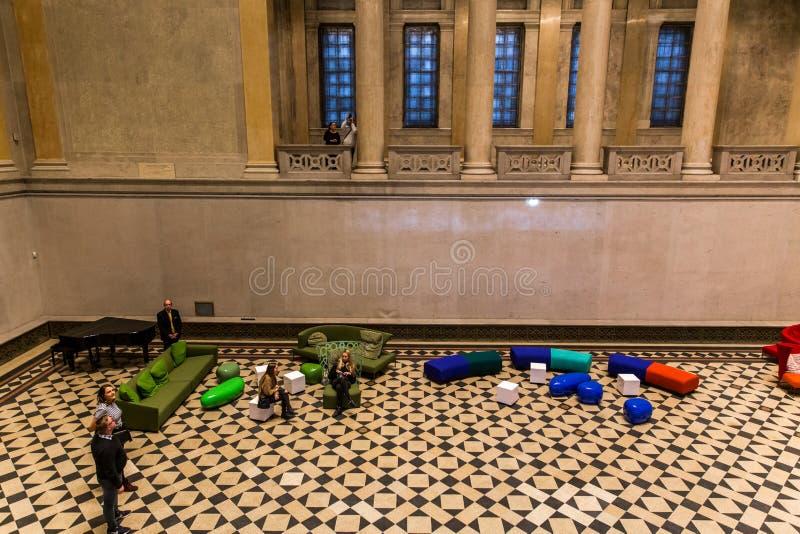 ΒΟΥΔΑΠΕΣΤΗ, ΟΥΓΓΑΡΙΑ - 3 ΑΠΡΙΛΊΟΥ 2019: Περίπατος πολλών τουριστών εσωτερικός του μουσείου Καλών Τεχνών στη Βουδαπέστη, Ουγγαρία στοκ φωτογραφία