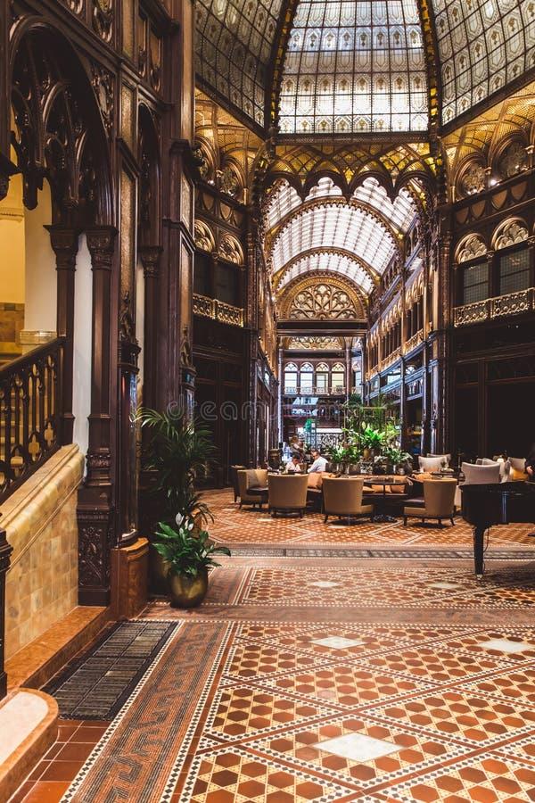 ΒΟΥΔΑΠΕΣΤΗ, ΟΥΓΓΑΡΙΑ - 18 ΙΟΥΝΊΟΥ 2019: Εσωτερικό του ξενοδοχείου Parisi Udvar στην περιοχή Β στη Βουδαπέστη, Ουγγαρία στοκ φωτογραφία με δικαίωμα ελεύθερης χρήσης