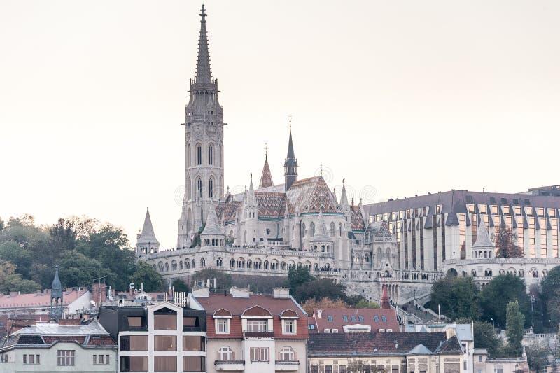 ΒΟΥΔΑΠΕΣΤΗ, ΟΥΓΓΑΡΙΑ - 30 ΟΚΤΩΒΡΊΟΥ 2015: Matthias Church στη Βουδαπέστη, Ουγγαρία Ο βλαστός φωτογραφιών έκανε με το τρίποδο στοκ εικόνες