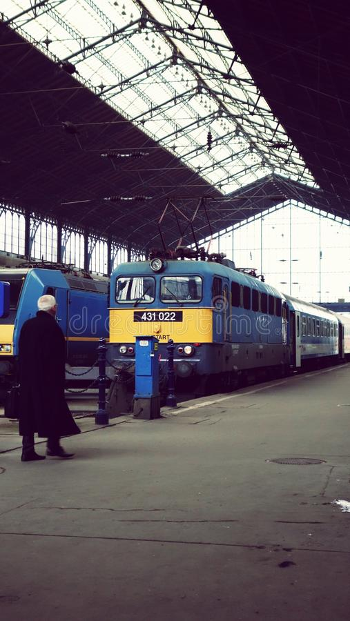 ΒΟΥΔΑΠΕΣΤΗ, ΟΥΓΓΑΡΙΑ - ΤΟΝ ΙΑΝΟΥΆΡΙΟ ΤΟΥ 2015: άτομο στην πλατφόρμα στο σταθμό Βουδαπέστη-Keleti στοκ φωτογραφίες με δικαίωμα ελεύθερης χρήσης