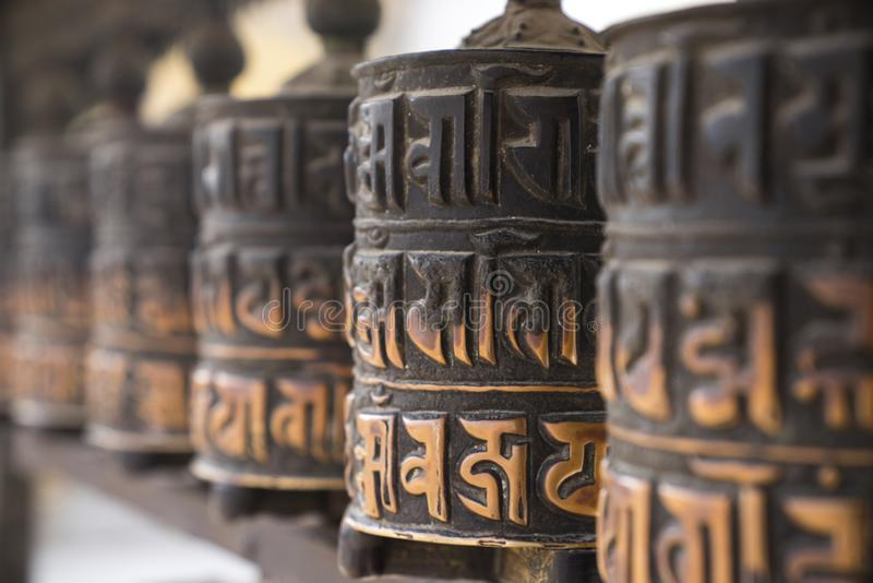 Βουδιστικές ρόδες προσευχής στη σειρά στοκ φωτογραφία με δικαίωμα ελεύθερης χρήσης