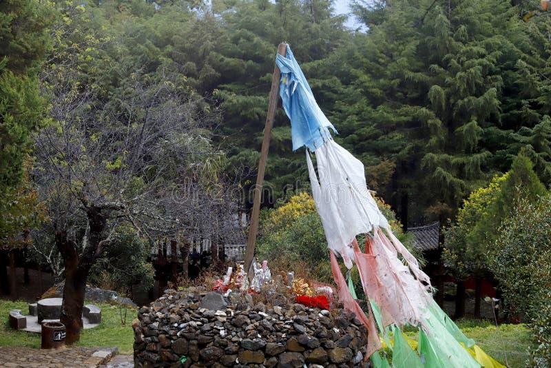 Βουδιστικές σημαίες προσευχής στο ναό της αιχμής νεφριτών, χωριό Baisha, Lijiang, Yunnan, Κίνα στοκ εικόνες