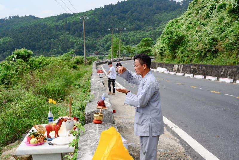 Βουδιστική προσευχή στην οδό του περάσματος σύννεφων περασμάτων ή θάλασσας Hai Vann στο Βιετνάμ στοκ εικόνες
