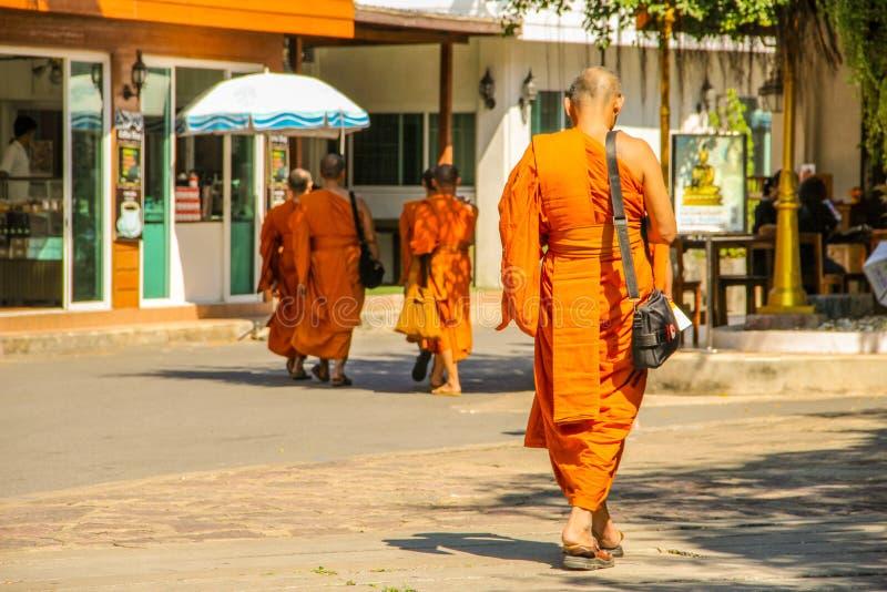 Βουδιστικοί μοναχοί που περπατούν στο ναό σε Ayutthaya Μπανγκόκ, Ταϊλάνδη στοκ εικόνες