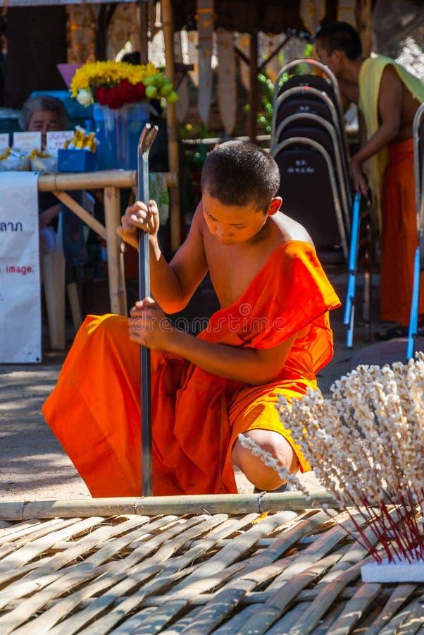 Βουδιστικός μοναχός που προετοιμάζει τους εορτασμούς στοκ φωτογραφίες