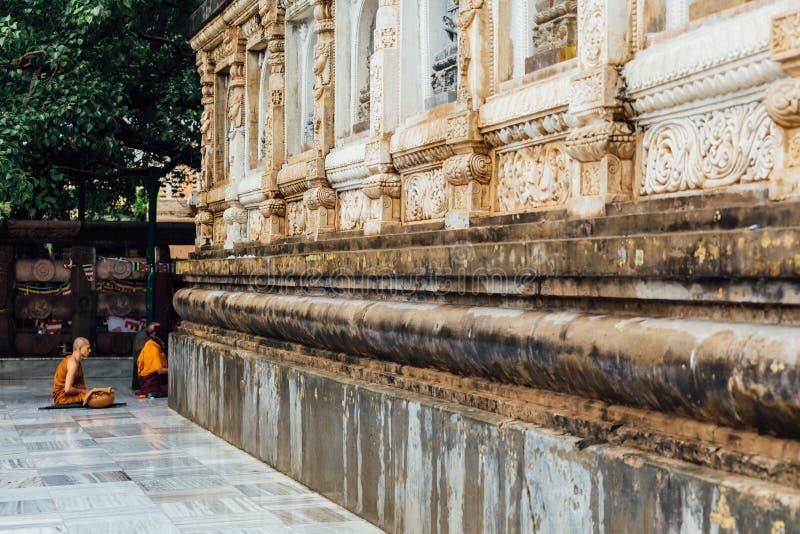 Βουδιστικός μοναχός στην περισυλλογή κάτω από το δέντρο Bodhi στον τομέα του ναού Mahabodhi βρέχοντας σε Bodh Gaya, Bihar, Ινδία στοκ εικόνες