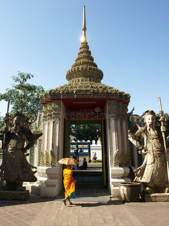 Βουδιστικός μοναχός στην πύλη Wat Pho στη Μπανγκόκ στοκ φωτογραφία με δικαίωμα ελεύθερης χρήσης