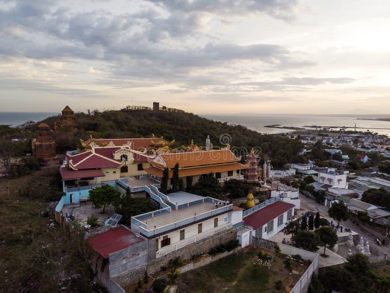 Βουδιστικός ναός γιων Buu κοντά στον πύργο Poshanu ή Po Sahu Inu Cham Phan Thiet στην πόλη στο Βιετνάμ, τοπ άποψη, εναέρια άποψη στοκ φωτογραφία
