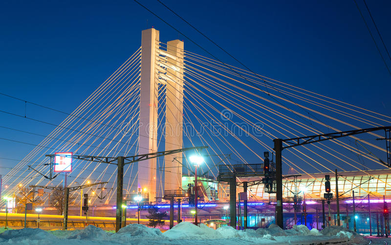 ΒΟΥΚΟΥΡΕΣΤΙ, ΡΟΥΜΑΝΙΑ - τον Ιανουάριο του 2016: Άποψη σχετικά με τη γέφυρα Basarab με το βόρειο σιδηροδρομικό σταθμό τη νύχτα, στ στοκ φωτογραφία με δικαίωμα ελεύθερης χρήσης
