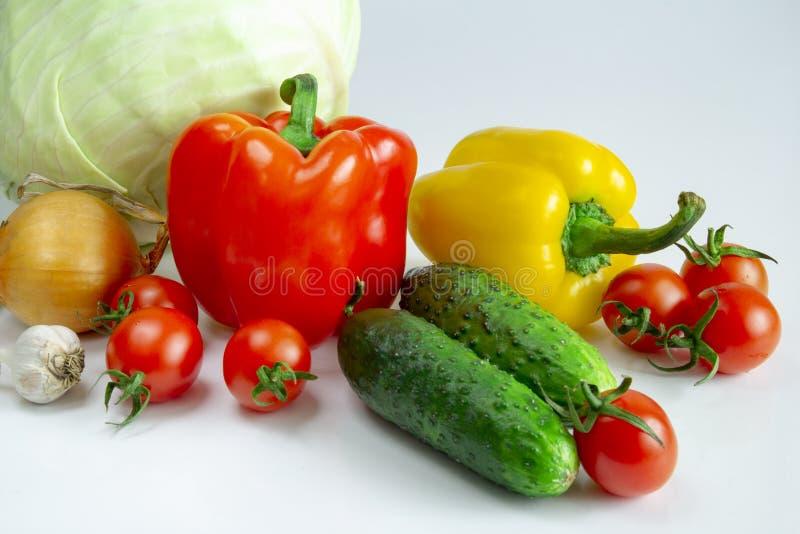 Βουλγαρικά κρεμμύδια και σκόρδο αγγουριών λάχανων ντοματών πιπεριών σε ένα άσπρο υπόβαθρο στοκ εικόνα