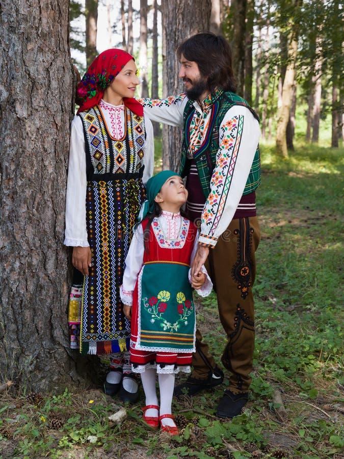 Βουλγαρική οικογένεια στο παραδοσιακό κοστούμι στοκ εικόνα