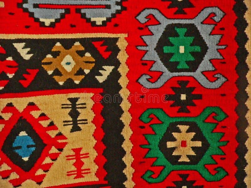 Βουλγαρικό παραδοσιακό λαϊκό ύφασμα ταπήτων με τα γεωμετρικά κίνητρα και τα φωτεινά χρώματα στοκ φωτογραφία με δικαίωμα ελεύθερης χρήσης