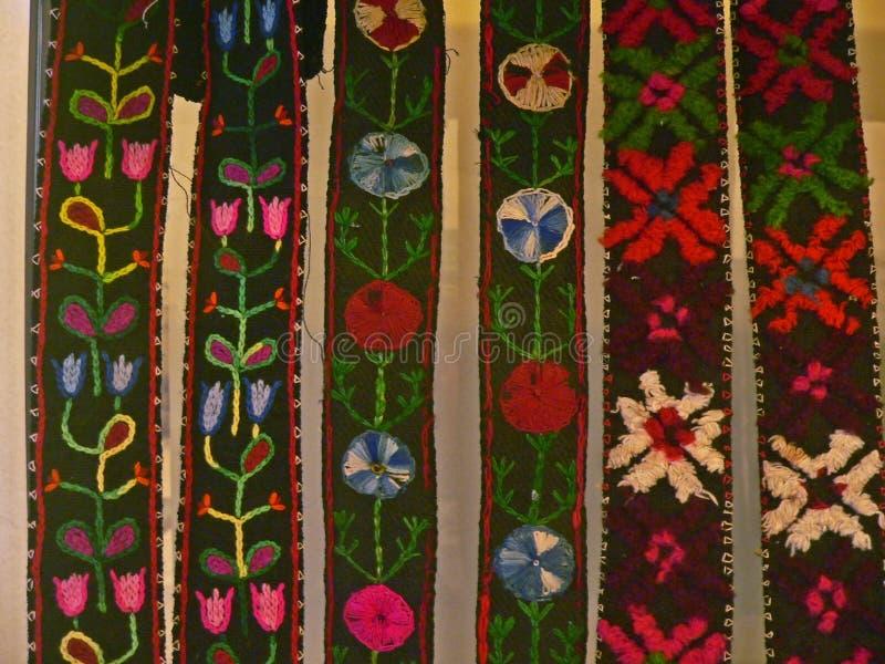 Βουλγαρικό παραδοσιακό λαϊκό ύφασμα ταπήτων με τα γεωμετρικά κίνητρα και τα φωτεινά χρώματα στοκ εικόνες