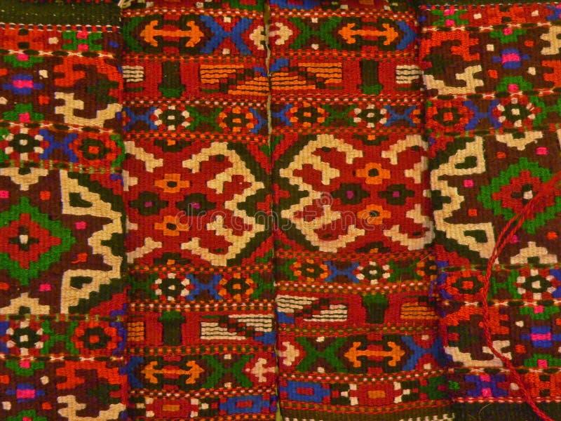 Βουλγαρικό παραδοσιακό λαϊκό ύφασμα ταπήτων με τα γεωμετρικά κίνητρα και τα φωτεινά χρώματα στοκ φωτογραφίες με δικαίωμα ελεύθερης χρήσης